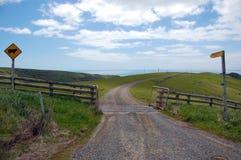 De weg van het grint met tekens in landbouwgrond Stock Afbeeldingen