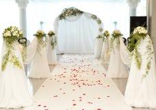 De weg van het huwelijk met roze bloemblaadje royalty-vrije stock foto's
