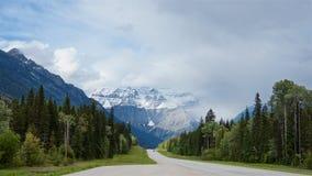 De weg van het Icefieldbrede rijweg met mooi aangelegd landschap leidt tot de voet van toneelrobson-berg in de zomer, royalty-vrije stock afbeelding