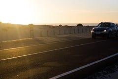 De weg van het kustasfalt Zonsopgang op asfaltlaag, macrofoto van weg Strandmanier Weg in Spanje Royalty-vrije Stock Foto