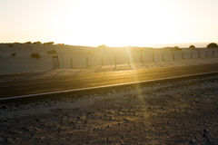 De weg van het kustasfalt Zonsopgang op asfaltlaag, macrofoto van weg Strandmanier Weg in Spanje Stock Afbeelding