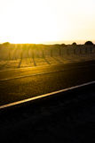 De weg van het kustasfalt Zonsopgang op asfaltlaag, macrofoto van weg Strandmanier Weg in Spanje Royalty-vrije Stock Foto's