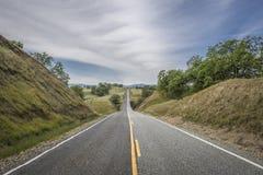 De weg van het land leidt tot de horizon royalty-vrije stock foto's