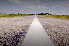 De weg van het platteland in de zomer Stock Afbeeldingen
