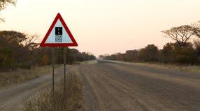 De weg van het tekengrint - waarschuw het eind van een grintweg stock afbeeldingen