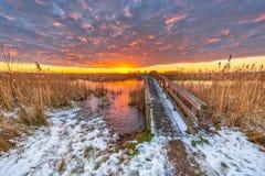 De weg van het de winterlandschap over houten brug Stock Foto's