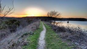 De weg van het zonsondergangmeer stock fotografie