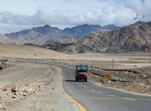 De weg van hoge hoogte manali-Leh Stock Afbeeldingen