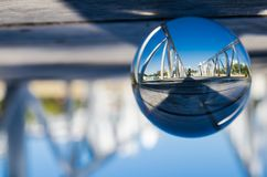 De weg van de pijlergang bij de fotografie van de waterkant in de duidelijke bal van het kristalglas Royalty-vrije Stock Foto
