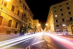 De weg van Rome bij nacht, stedelijke verkeerslichtslepen en citylife Italië Royalty-vrije Stock Fotografie