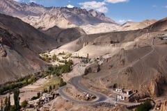 De weg van Serpantinehimalayagebergte dichtbij Lamayuru-klooster, Ladakh, India Stock Afbeeldingen