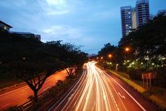 De weg van Singapore bij avond Stock Afbeeldingen