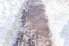 De weg van straatstenen en sneeuw Stock Foto's