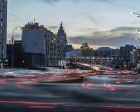 De weg van de uitwisselingsbrug met auto lichte stroken Nacht lichte het schilderen strepen Lange Blootstellingsfotografie stock afbeelding