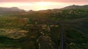 De weg van de zonsondergangberg in het majestueuze landschap van IJsland stock videobeelden