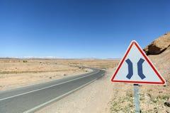 De weg versmalt beide teken in Marokko royalty-vrije stock afbeelding