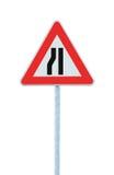 De weg versmalt teken op pool, linker geïsoleerde kant, stock afbeeldingen
