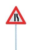 De weg versmalt teken op poolpost, rechterkant, grote gedetailleerde geïsoleerde close-up, driehoeksverkeersignage royalty-vrije stock foto