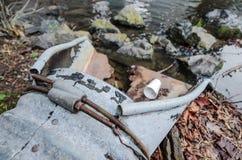 De weg vloeit water van afvoerkanaal weg Stock Foto's