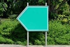 De weg voorziet van wegwijzers, groen, spatie Stock Afbeeldingen