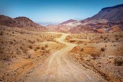 De weg in woestijn Stock Afbeeldingen