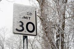 De weg zingt onder sneeuw Stock Afbeeldingen