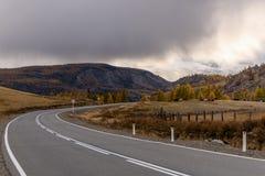 De wegbergen asfalteren wolkenonweer Stock Foto's