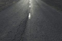 De wegdetail van het plattelands recht asfalt Stock Afbeeldingen