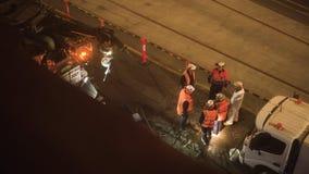 De wegen onderhoudsbemanning die het nachtploeg middelgrote schot werken stock footage