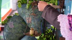 De weging van de pakken van groene thee stock videobeelden