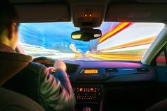 De wegmening van de nachtstad van binnenuit auto Stock Afbeeldingen