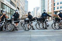 De wegversperring van de politiefiets stock afbeelding