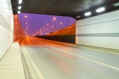 De wegviaduct van de stadstunnel van nachtscène Stock Afbeelding