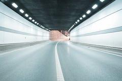 De wegviaduct van de stadstunnel van nachtscène Royalty-vrije Stock Fotografie