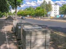 De wegwerken aangaande een stadsstraat stock foto