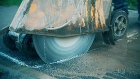 De wegwerken aangaande de reparatie van de asfalt concrete bestrating stock footage