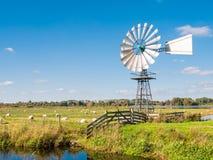 De weide, legt en windmolen in natuurreservaat Oude Venen tussen E vast Stock Fotografie