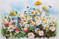 De weide van de zomer met bloemen Royalty-vrije Stock Foto's