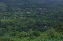 De weiden van het Sataradorp in moesson-I stock afbeelding