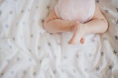 De weinig babyvoeten op wikkelen deken in Royalty-vrije Stock Foto's