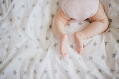 De weinig babyvoeten op wikkelen deken in Stock Foto's