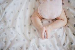 De weinig babyvoeten op wikkelen deken in Royalty-vrije Stock Fotografie