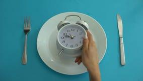 De wekker op plaat, hangt dieettijd aan, juiste voeding, discipline, close-up stock footage