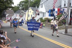 De Wellfleet demokraterna som går i Wellfleeten 4th Juli, ståtar i Wellfleet, Massachusetts Royaltyfria Bilder
