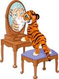 De welp die van de tijger in de spiegel kijkt Stock Afbeelding