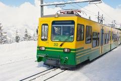 De Wengernalpbahntrein komt aan de post in Grindelwald, Zwitserland aan Royalty-vrije Stock Foto's