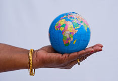 De wereld in haar hand. Stock Afbeelding