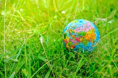 De wereld met aard en houdt van de wereld royalty-vrije stock afbeelding