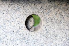 De wereld om binnen van een steenlantaarn te kijken stock fotografie