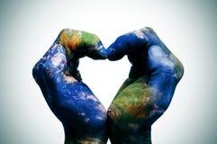 De wereld in uw die handen (Aardekaart door NASA wordt geleverd) Royalty-vrije Stock Foto